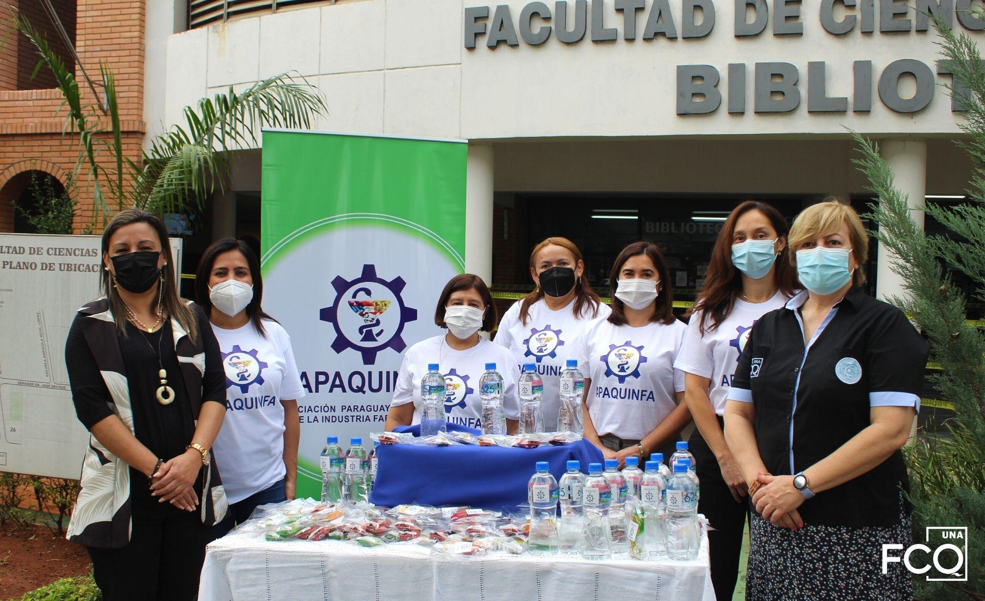 Donación de APAQUINFA a egresados de la FCQ – UNA